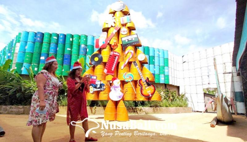 www.nusabali.com-pohon-natal-berbahan-drum-jadi-daya-tarik-kebon-vintage-car