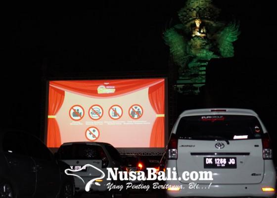 Nusabali.com - drive-in-senja-pengalaman-baru-menonton-film-dari-dalam-mobil