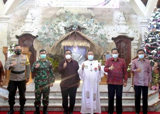 Nusabali.com - wabup-sanjaya-hadiri-perayaan-natal-di-2-gereja