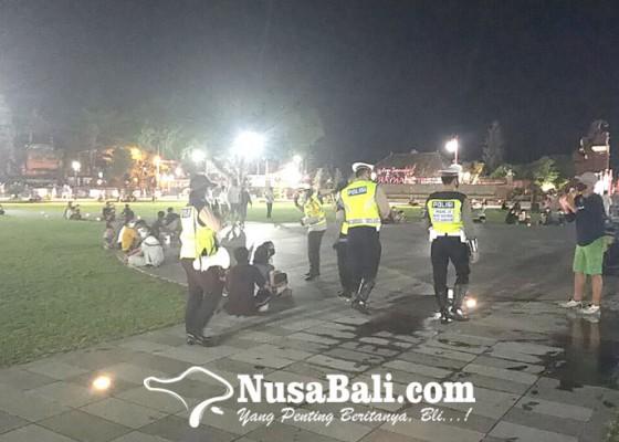 Nusabali.com - bubarkan-pengunjung-alun-alun-gianyar