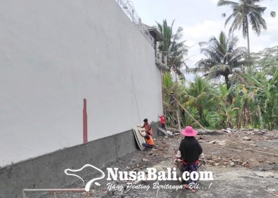 Nusabali.com - tembok-keliling-rutan-bangli-hampir-rampung