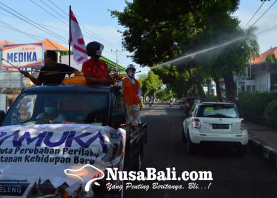 Nusabali.com - pramuka-buleleng-semprot-disinfektan-dan-bagi-masker