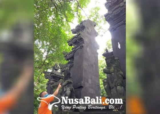Nusabali.com - tersambar-petir-candi-bentar-pura-durga-kutri-runtuh