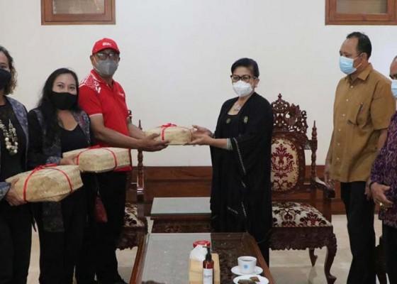 Nusabali.com - putri-koster-dorong-semangat-masyarakat-untuk-atasi-pandemi-bersama-sama