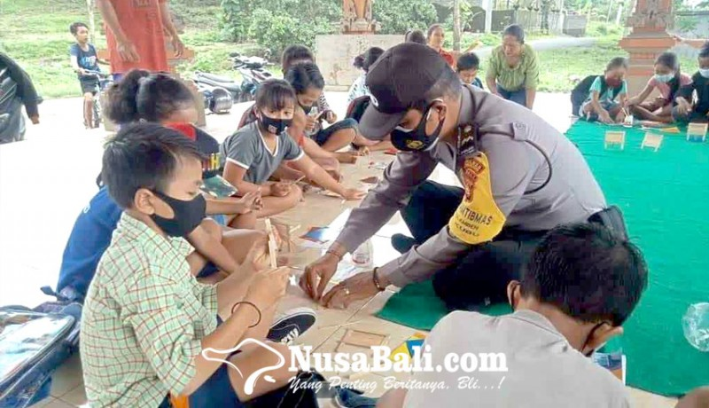 www.nusabali.com-bhabinkamtibmas-ajari-siswa-sd-buat-bingkai-foto