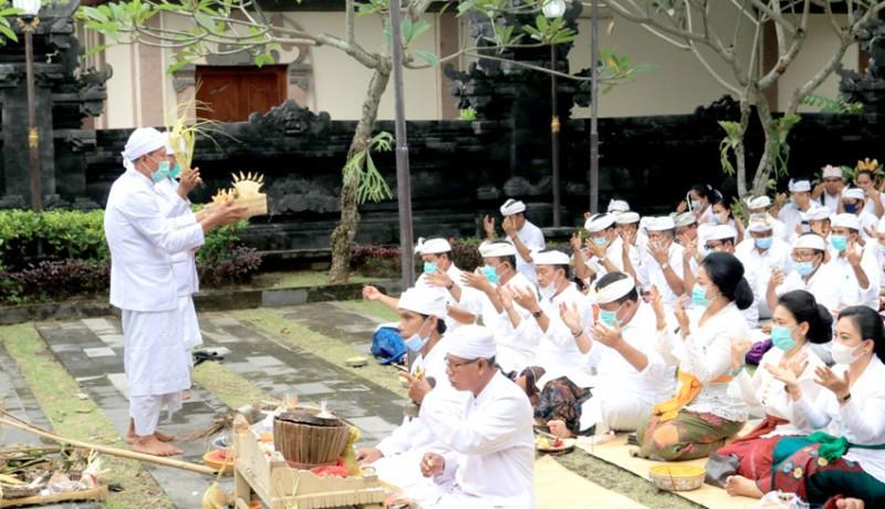 www.nusabali.com-purnamaning-kapitu-pegawai-pemkab-jembrana-nunas-ica-di-pura-niti-praja