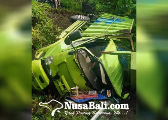Nusabali.com - nyemplung-jurang-truk-ringsek-pengemudi-selamat