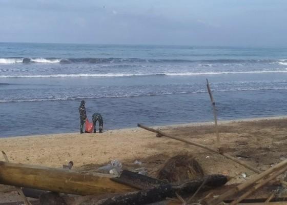 Nusabali.com - tni-al-bantu-bersih-bersih-kawasan-pantai-kuta