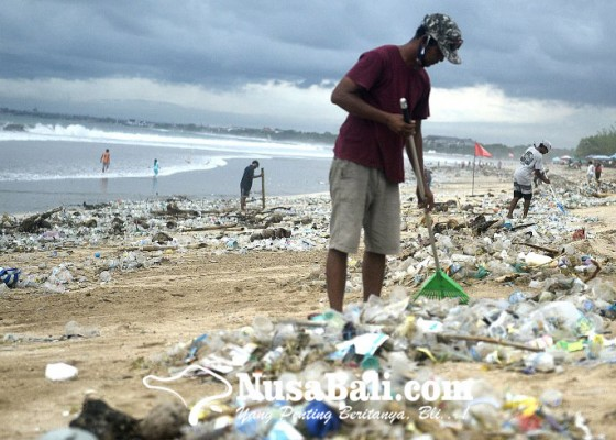 Nusabali.com - awal-tahun-pantai-kuta-diserbu-sampah-plastik