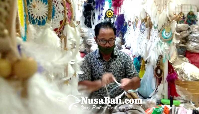 www.nusabali.com-keluh-kesah-perajin-dream-catcher-di-pasar-kumbasari