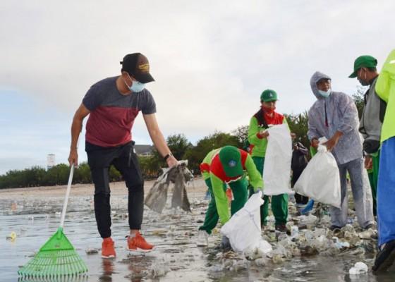 Nusabali.com - wabup-suiasa-sidak-penanganan-sampah-kiriman-di-pantai-kuta