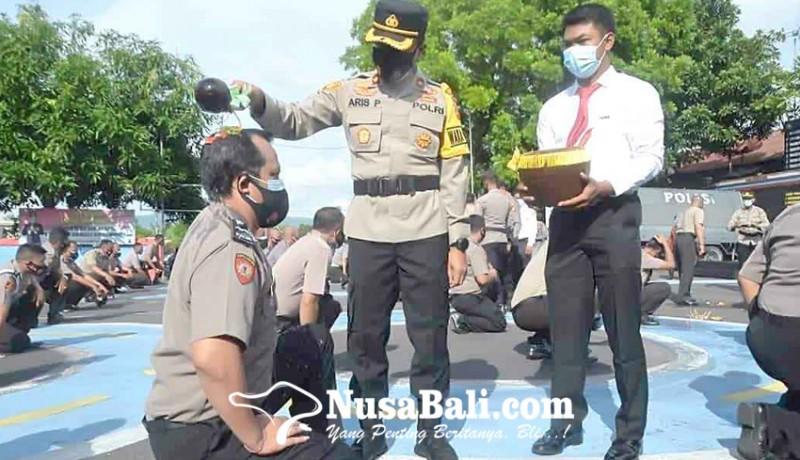 www.nusabali.com-naik-pangkat-100-anggota-diguyur-air-kembang