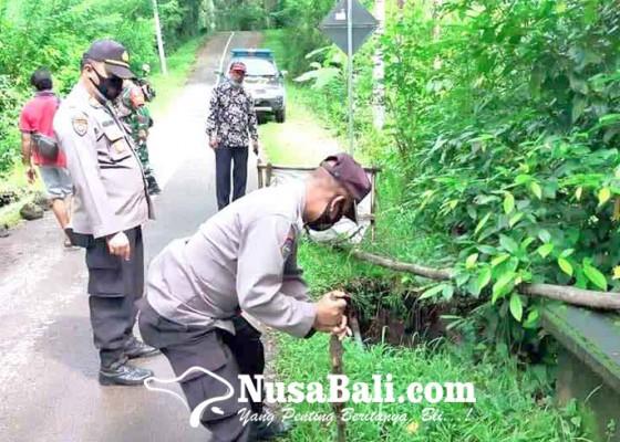 Nusabali.com - polsek-abang-pasang-police-line-di-jembatan-basangalas-kawan