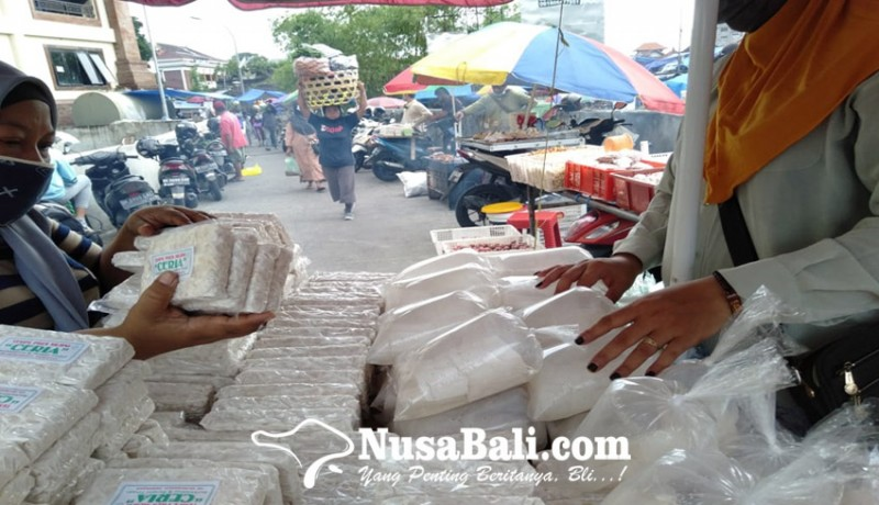 www.nusabali.com-kedelai-mahal-pedagang-tempe-siasati-tipiskan-ukuran