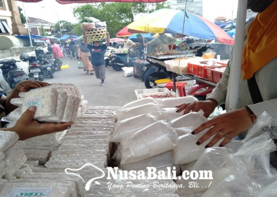 Nusabali.com - kedelai-mahal-pedagang-tempe-siasati-tipiskan-ukuran