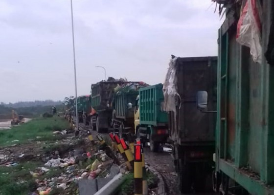 Nusabali.com - truk-sampah-sempat-mengular-di-tpa-suwung