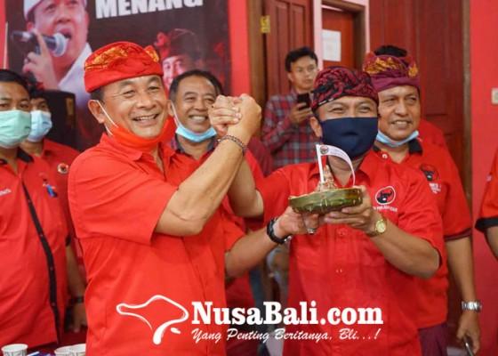 Nusabali.com - dpc-pdip-karangasem-dan-bangli-bagi-tumpeng-ke-tokoh-masyarakat