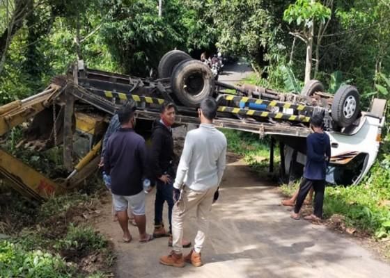 Nusabali.com - tak-kuat-menanjak-truk-pengangkut-alat-berat-terguling-di-busungbiu
