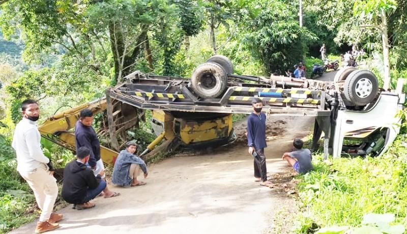 www.nusabali.com-truk-angkut-ekskavator-terguling-di-busungbiu