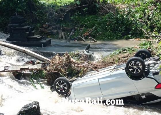 Nusabali.com - mobil-terseret-hingga-nyangkut-di-sungai-kawasan-desa-canggu