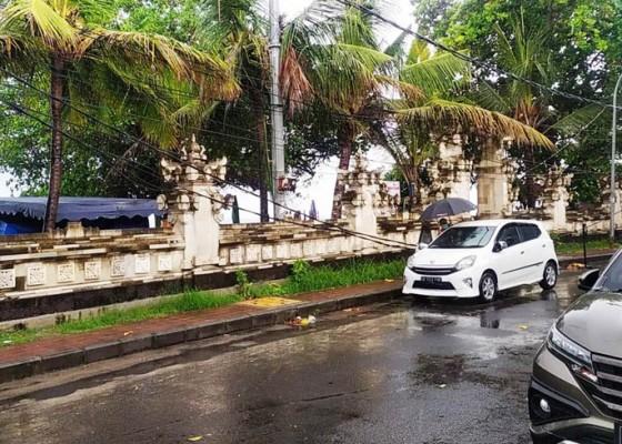 Nusabali.com - angin-kencang-mengakibatkan-kabel-pln-melintang-rendah