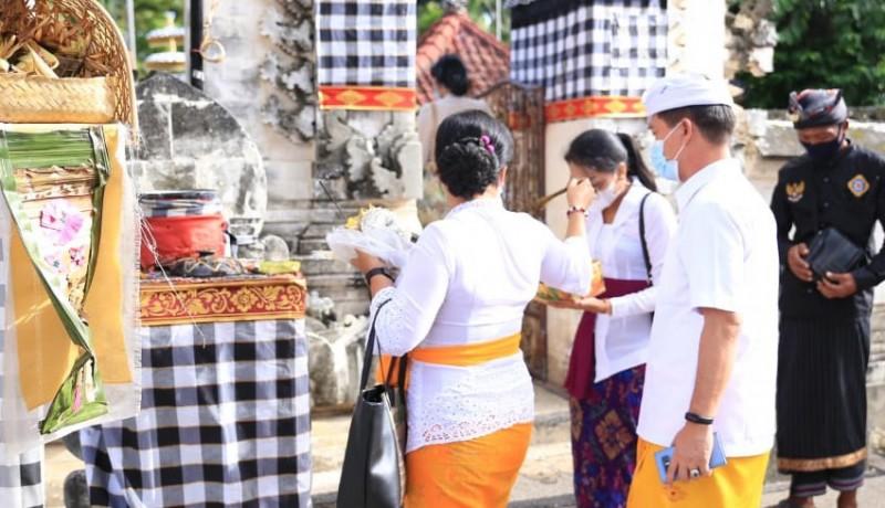 www.nusabali.com-bupati-suwirta-maturan-di-pura-dalem-ped