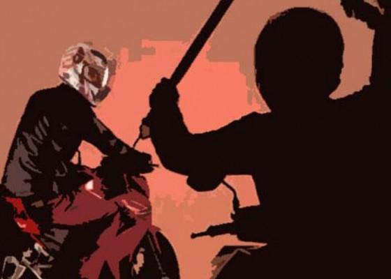 Nusabali.com - 4-pemuda-diserang-motornya-dibakar
