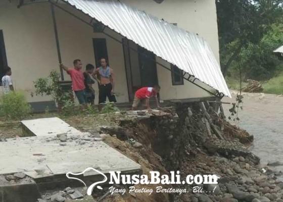 Nusabali.com - belasan-rumah-rusak-satu-di-antaranya-hanyut-10-kk-terpaksa-ngungsi