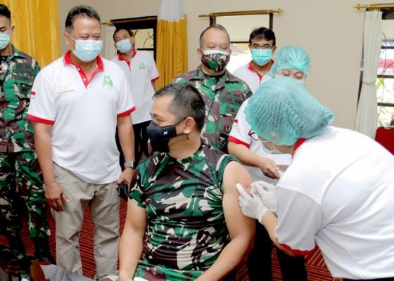 Nusabali.com - pangdam-divaksin-covid-19-di-rsud-wangaya-denpasar