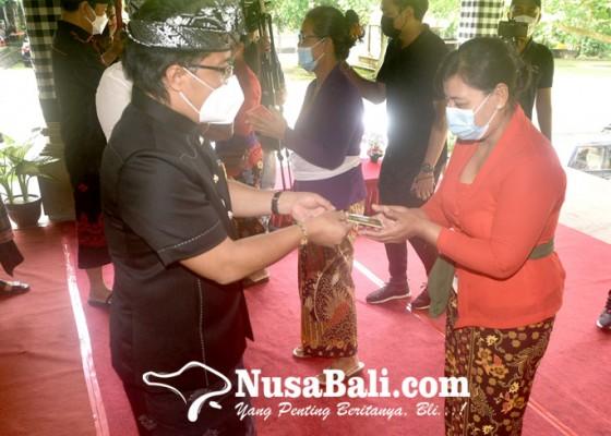 Nusabali.com - bupati-serahkan-bst-rp-300-ribu-kepada-100-kk