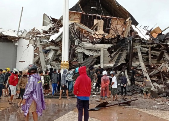 Nusabali.com - gempa-majene-35-tewas