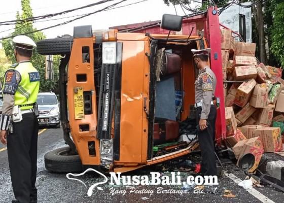 Nusabali.com - truk-terguling-di-kerambitan-sopir-dan-kernet-terlempar