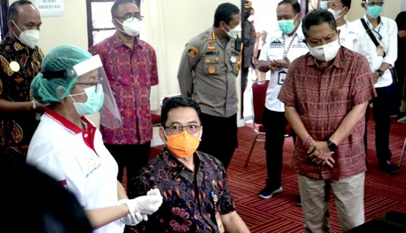 www.nusabali.com-forkopimda-nakes-dan-tokoh-agama-denpasar-terima-vaksinasi-covid-19-di-rsud-wangaya