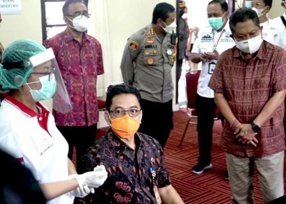 Nusabali.com - forkopimda-nakes-dan-tokoh-agama-denpasar-terima-vaksinasi-covid-19-di-rsud-wangaya