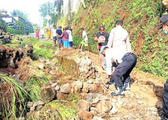 Nusabali.com - hujan-lebat-senderan-pura-pasek-di-getakan-longsor