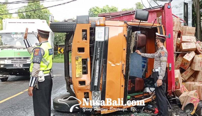 www.nusabali.com-rem-blong-truk-terguling-dua-sopir-terlempar-2-meter
