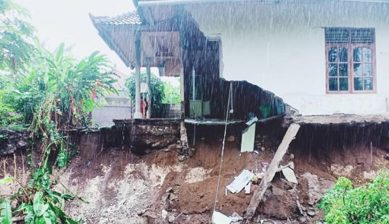 www.nusabali.com-dapur-rumah-warga-ambles-diterjang-hujan-deras