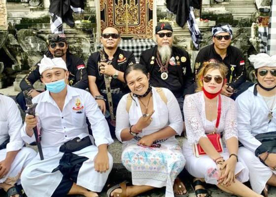 Nusabali.com - tangkil-ke-nusa-penida-larisa-mohon-kelancaran-karir