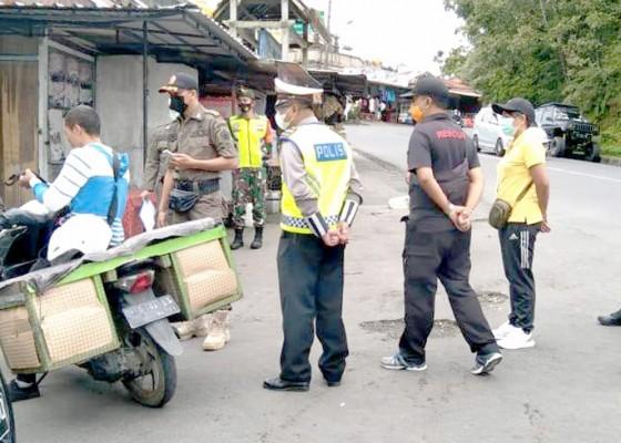 Nusabali.com - pelanggar-prokes-kena-sanksi-menyapu-di-jalan