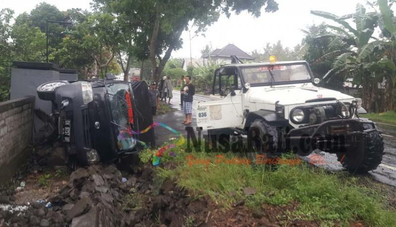 www.nusabali.com-ditabrak-pick-up-sanggah-lebuh-hancur