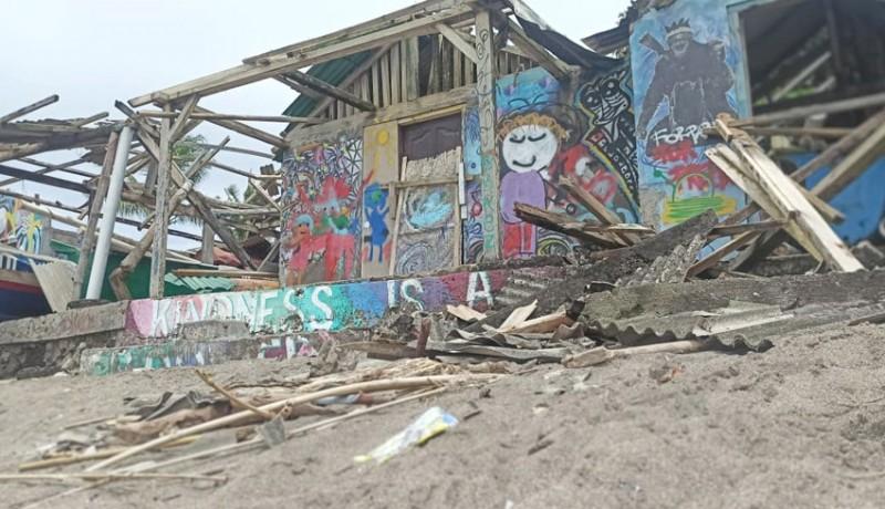 www.nusabali.com-puting-beliung-rusak-atap-bangunan-di-pantai-nelayan