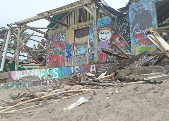 Nusabali.com - puting-beliung-rusak-atap-bangunan-di-pantai-nelayan