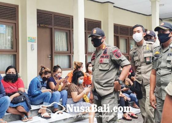 Nusabali.com - mangkal-siang-bolong-di-lumintang-18-psk-diangkut-satpol-pp