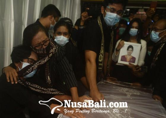 Nusabali.com - jenazah-pramugari-sriwijaya-air-sj-182-tiba-di-rumah-duka