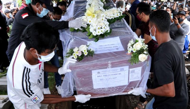 www.nusabali.com-pemakaman-pramugari-sriwijaya-air-mia-tresetyani-berlangsung-mengharukan