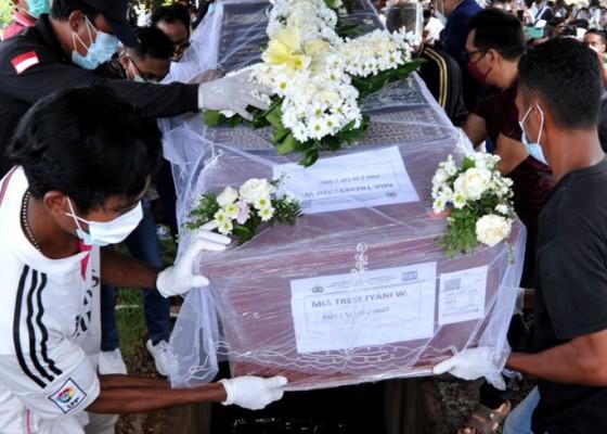 Nusabali.com - pemakaman-pramugari-sriwijaya-air-mia-tresetyani-berlangsung-mengharukan