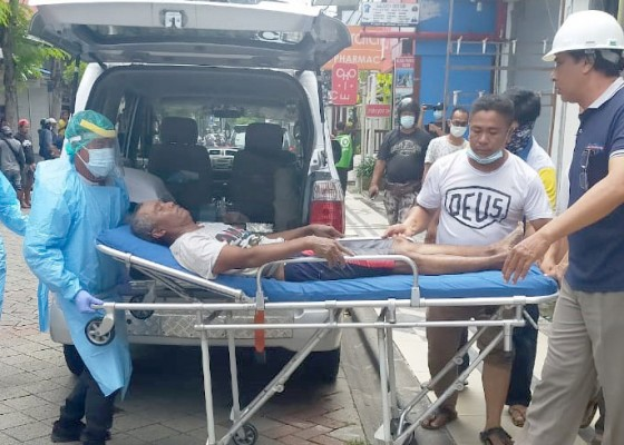 Nusabali.com - perbaiki-atap-buruh-nyaris-tewas-kesetrum