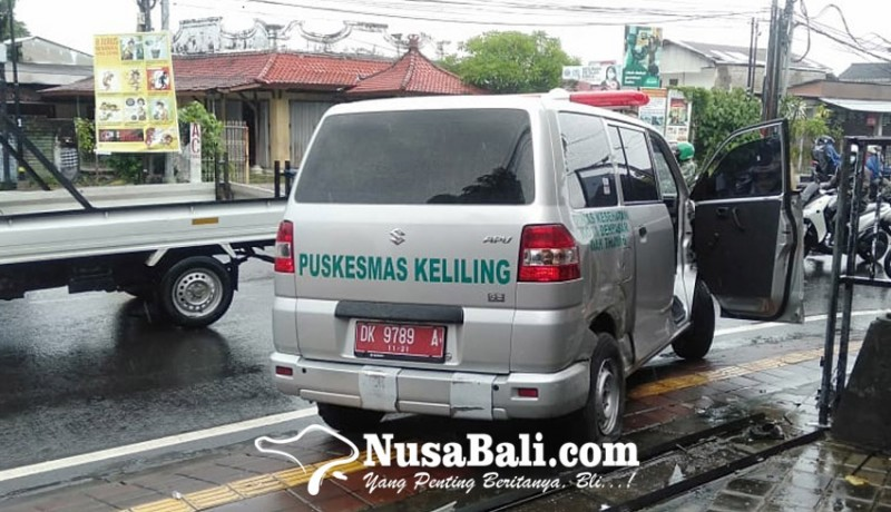 www.nusabali.com-ambulans-angkut-tiga-pasien-covid-19-kecelakaan-di-perempatan-noja