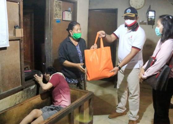 Nusabali.com - 30-penyandang-disabilitas-terima-peket-sembako