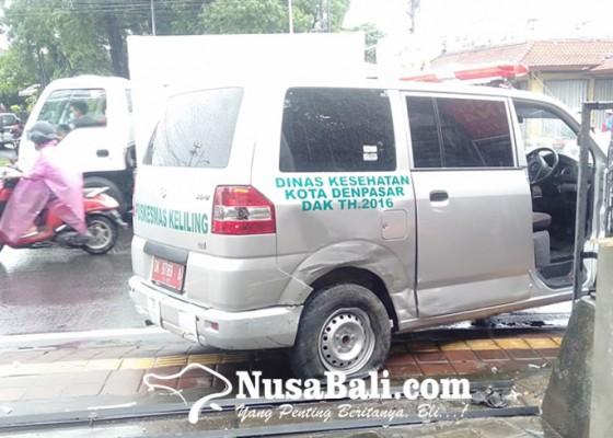 Nusabali.com - ambulans-kecelakaan-3-pasien-corona-selamat-pengemudi-luka-ringan